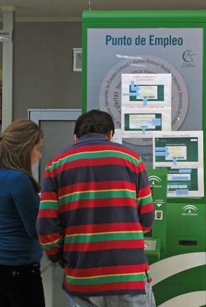 Desempleados, en una oficina del Servicio Andaluz de Empleo. / Paco Puentes
