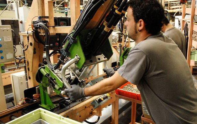 Un operario manipula una máquina en un factoría de automóviles en Andalucía.